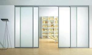 Chem-privlekateljnih-razdvizhnihe-steklyannihe-dveri